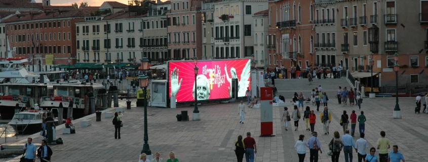 Led-scherm van DROPSTUFF op de Biennale van Venetie