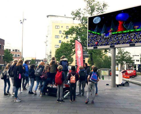 Kinderen aan het spelen op C64 joystick tijdens #HilversumPlays