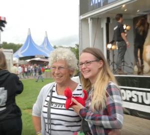 Eén van de eerste breisters van Grab the Pussy, Hannie, als eregast op het debut van Grab the Pussy op het Lowlands festival 2017