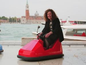 Minister van Engelshoven bezoekt Bumper Ballet op Biënnale van Venetië