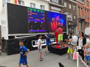 C64, de XXL joystick van The Fair Grounds, als groot speelobject in Roeselare, België
